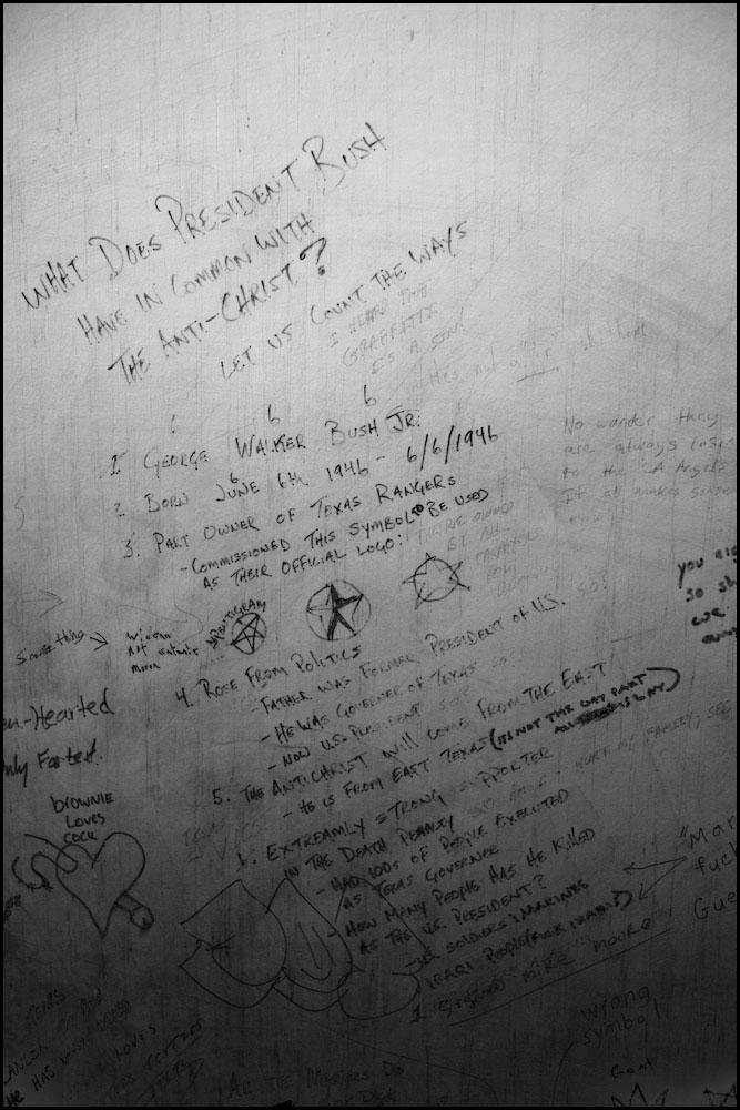 Zoriah_bush_george_g_w_president_iraq_irak_grafitti_war_conflict_latrine_bathroom_wc_toilette_05_31_08_G6Y5146