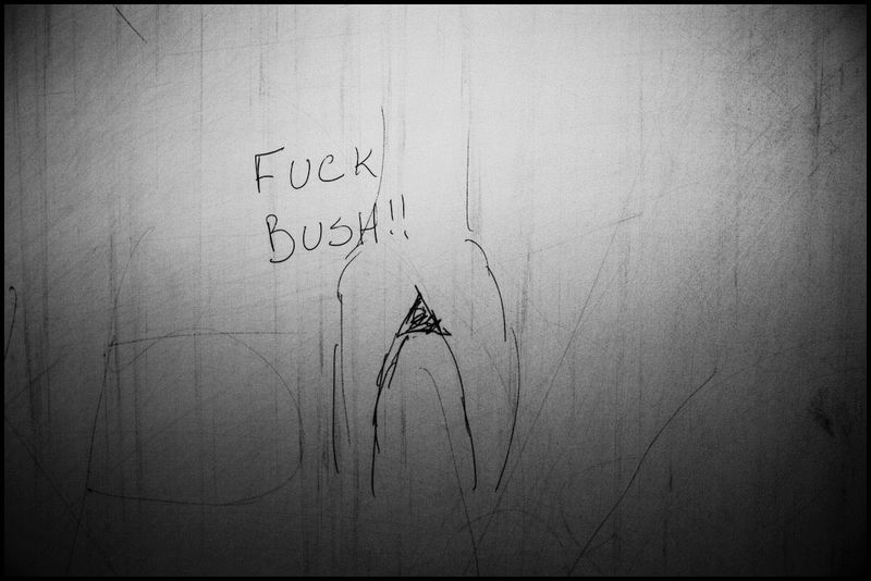 Zoriah_bush_george_g_w_president_iraq_irak_grafitti_war_conflict_latrine_bathroom_wc_toilette_05_31_08_G6Y5141
