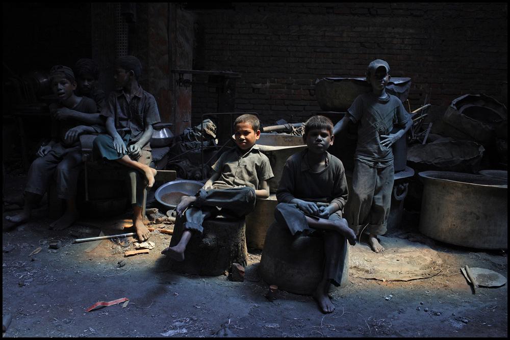Niños trabajadores de Bangladesh descansan en una fábrica de ollas de plata. Por cada semana de trabajo ganan 200 taka (1 dólar = 70 taka aprox), trabajando casi 10 horas al día.