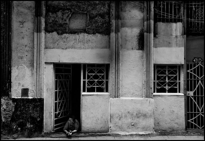 Zoriah_photojournalist_war_photographer_havana_cuba_old_woman_house_street_daily_life_20090801_0056