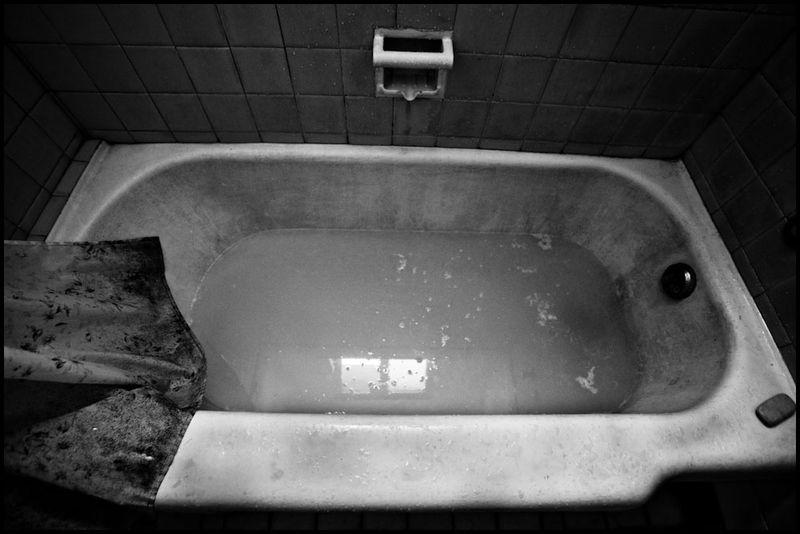 Zoriah_photojournalist_war_photographer_havana_cuba_bathtub_bath_tub_horror_bathroom_20090803_0395