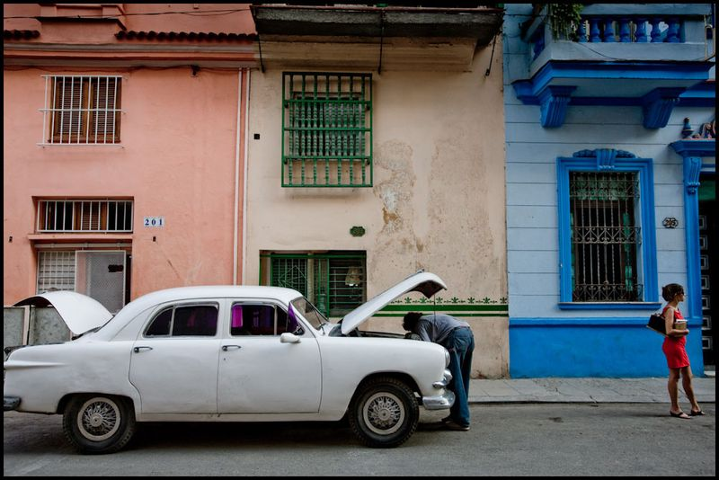 Zoriah_photojournalist_war_photographer_havana_cuba_color_street_red_dress_woman_20090813_0140