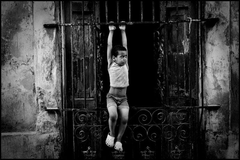Zoriah_photojournalist_war_photographer_cuba_child_children_kid_boy_fence_20090815_0737