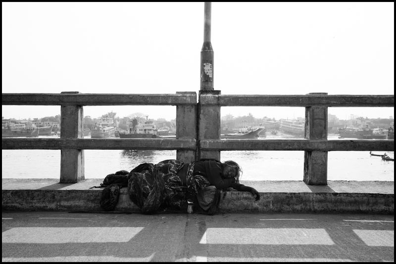 Zoriah-photographer-bangladesh-homeless-woman-on-bridge_20100219_0269-2