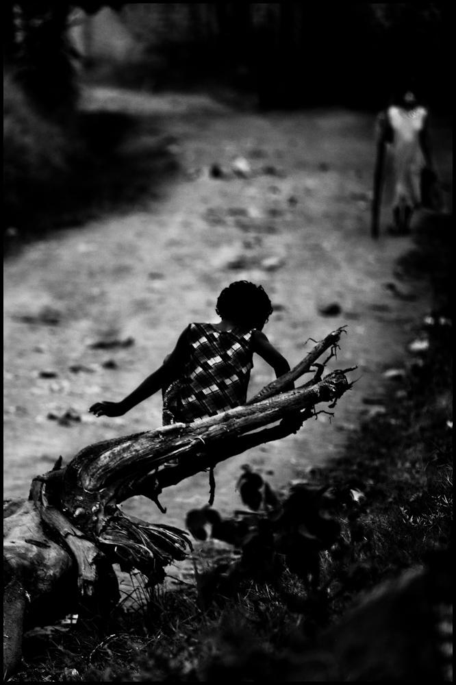 Zoriah_photojournalist_war_photographer-uganda-girl-tree_20110301_0145-2