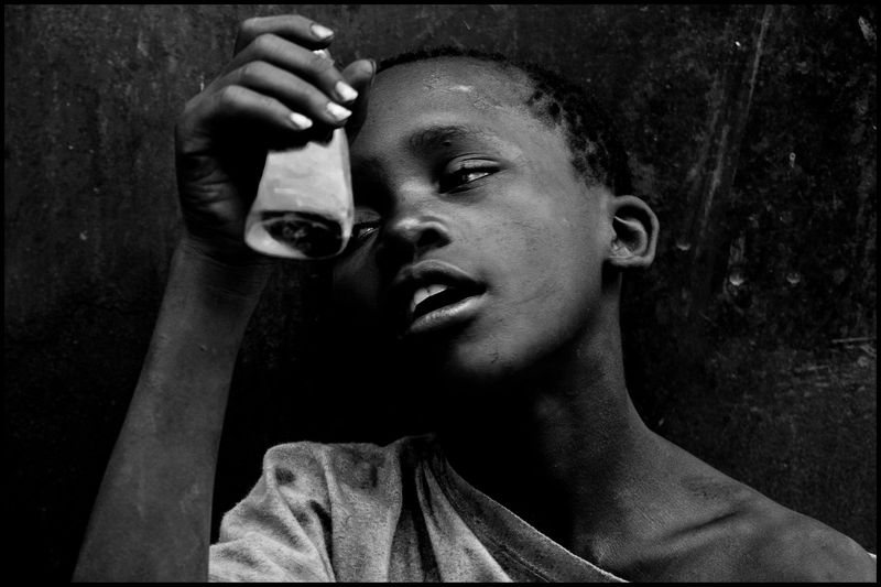 0002_zoriah_photographer_uganda_child_drug_addicts_20110303_0038-2