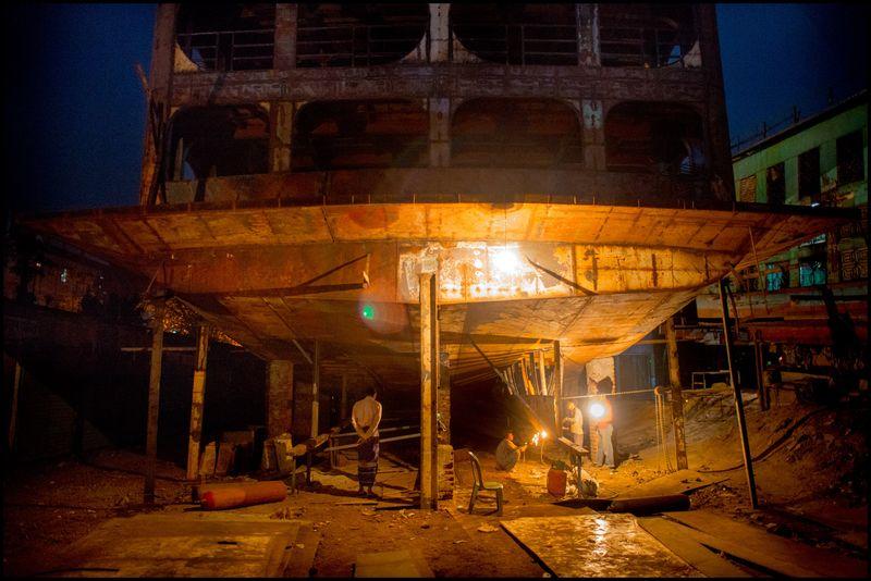0001_bangladesh_ship_workers_20130316_8181