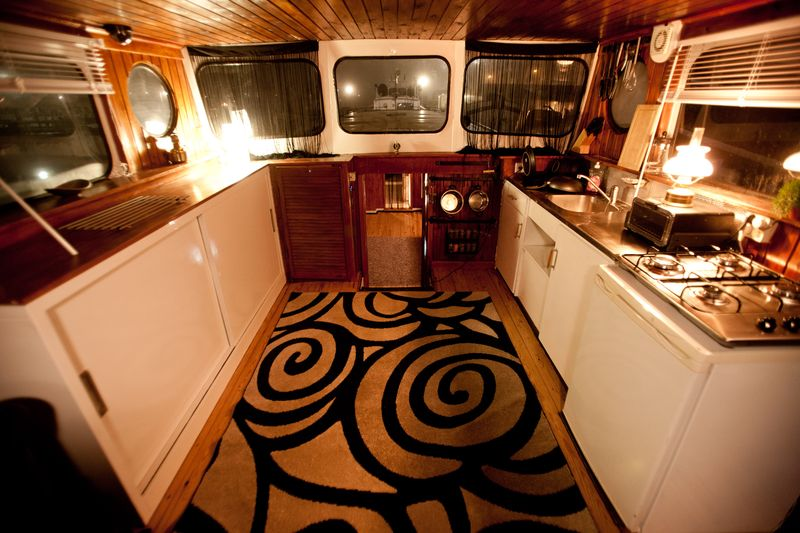 0006_houseboat for sale_20101206_0220