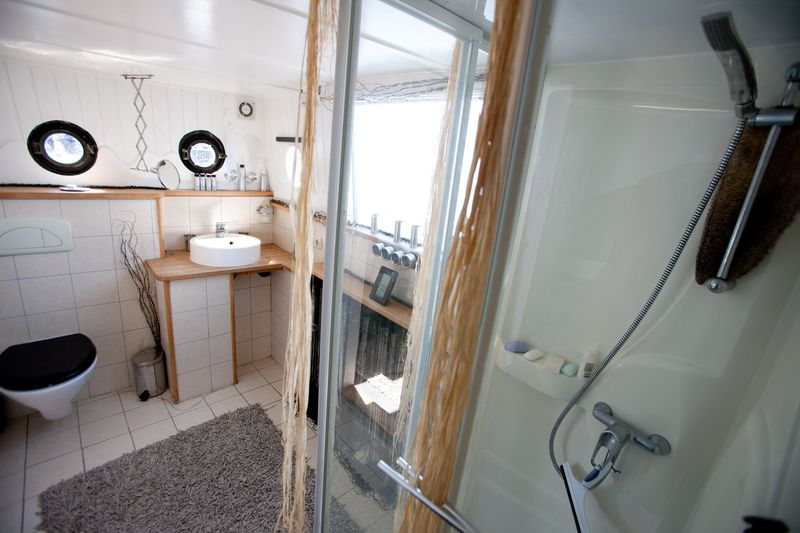 0007_houseboat for sale_20110501_0171