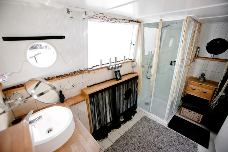 0001_houseboat for sale_20110501_0168